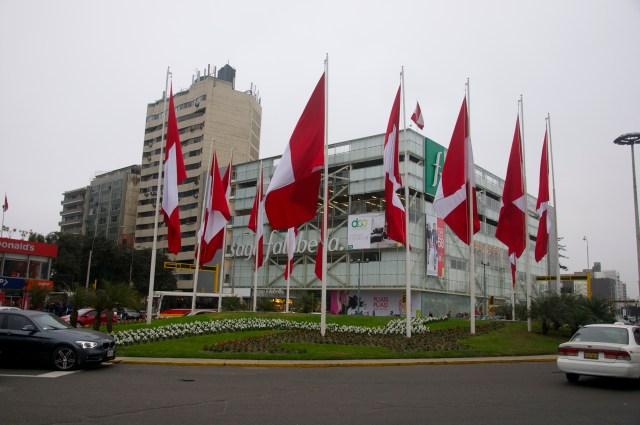 Bandeiras do Peru no centro de Lima.