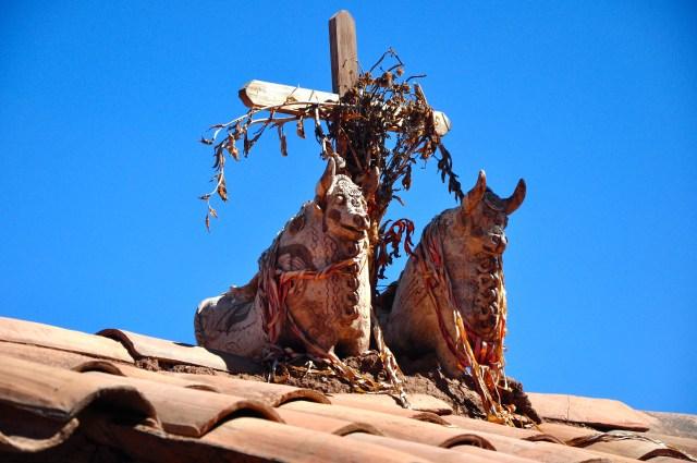 Os touros nos telhados das casas trazem sorte e prosperidade.
