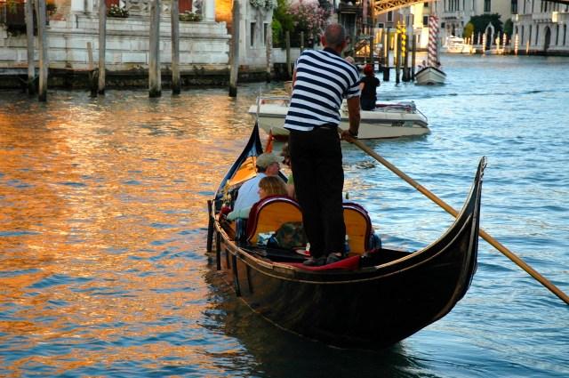 Casais passeando de gôndola em Veneza.