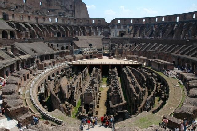 Vista interna do Coliseu com a imagem do subsolo onde ficavam as prisões dos gladiadores, das feras e dos cristãos.