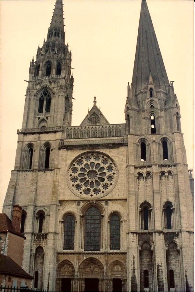 A fachada gótica da Catedral de Chartres.