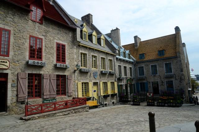 A cidade tem um clima francês no ar.