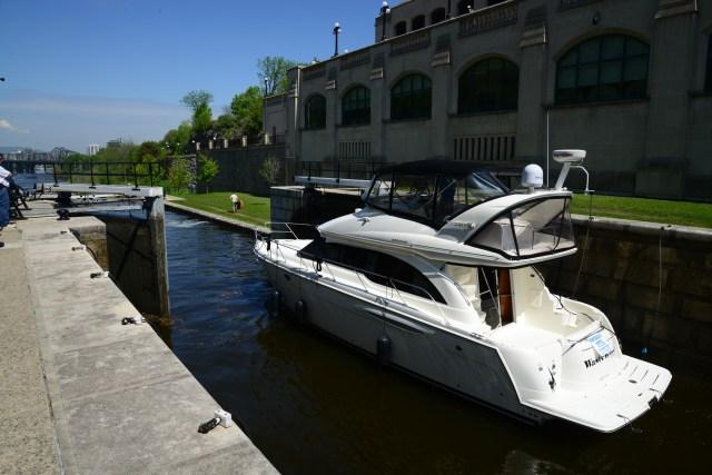Uma lancha passando por uma das comportas do Canal Rideau