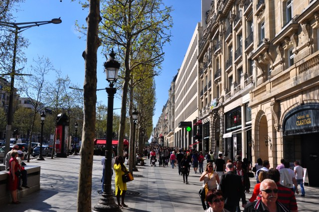 Os parisienses adoram a Avenida de Champs-Elysées