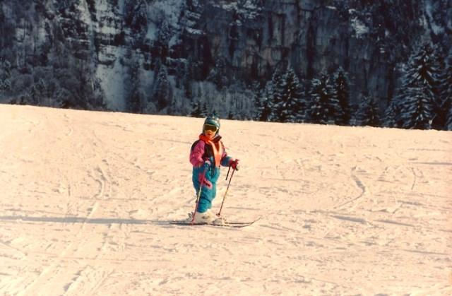 As crianças aprendem a esquiar muito cedo