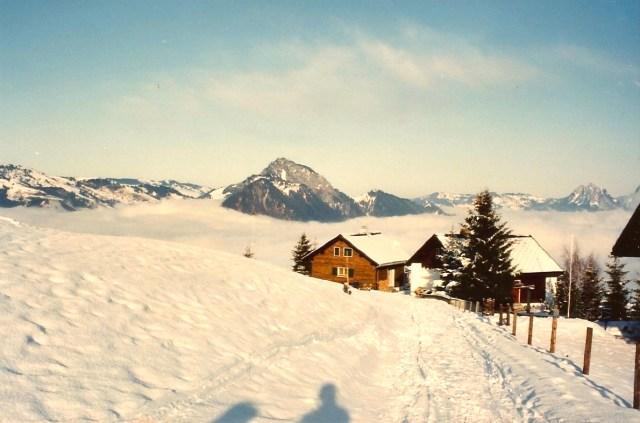 A paisagem encantadora das montanhas nevadas.