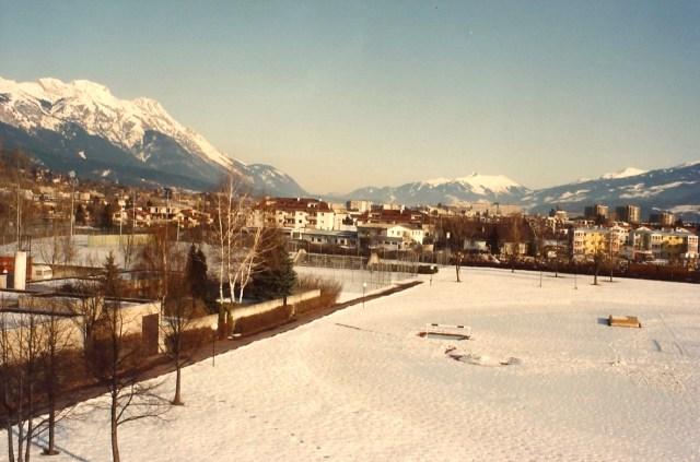 As quadras esportivas cobertas de neve e gelo.
