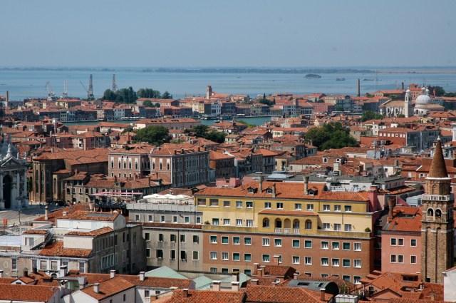 Vista aérea de Veneza e da Grande Laguna ao fundo.
