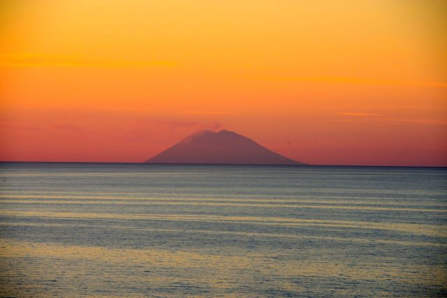 O vulcão Stromboli na costa da Sicília.