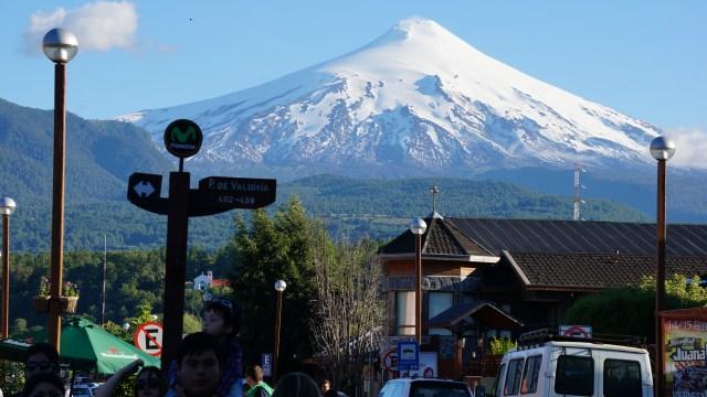Centro de Pucón, vulcão Villarrica no horizonte