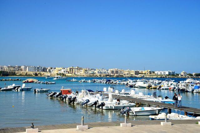 Marina de Otranto com a cidade ao fundo.