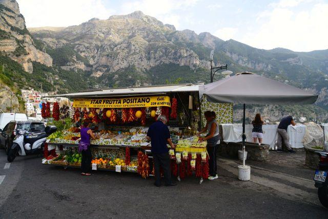 Barracas de frutas na chegada a Positano.
