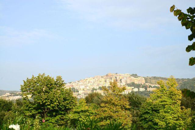 A cidade de Tivoli no alto da colina.
