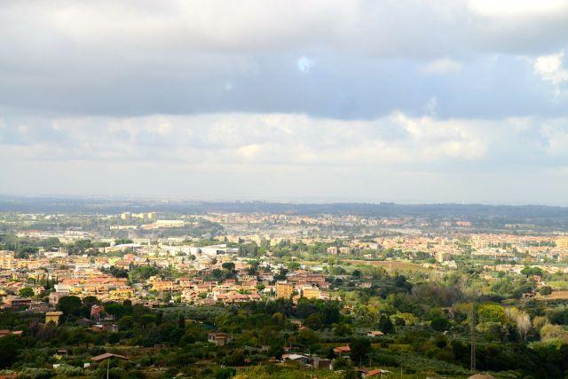 Do alto da colina de Tivoli, a vista da planície nos leva a Roma.