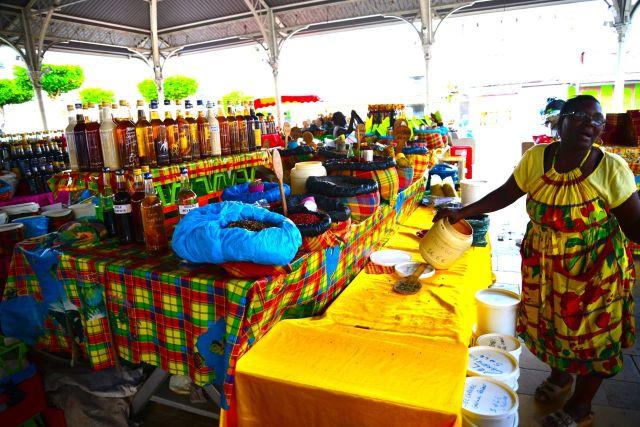 Os mercados coloridos e a forte influência africana está por toda parte no Caribe.