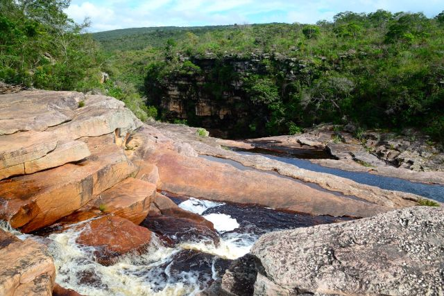 A trilha para a Cachoeira do Mosquito é fácil.