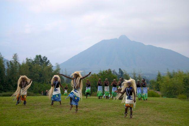 Grupo de dançarinos recebendo os visitantes no gramado do hotel.