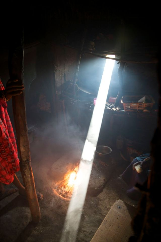 O interior de uma casa Masai.
