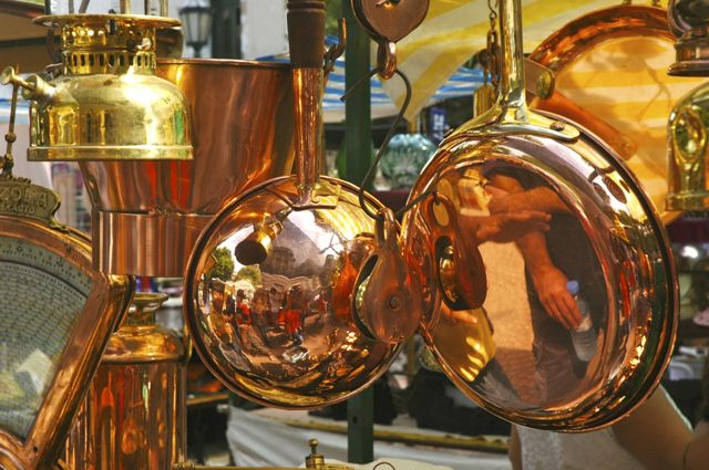 Panelas de cobre na Feira de San Telmo.