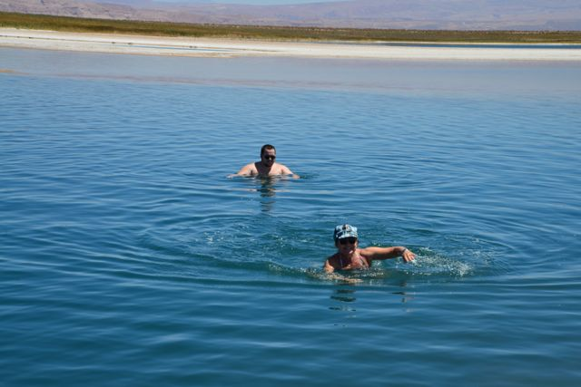 O banho na Laguna Cejar é bastante divertido.