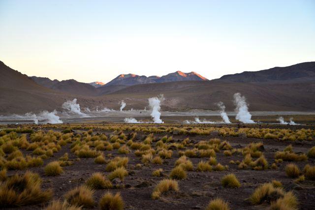 A região é cercada de montanhas e vulcões.