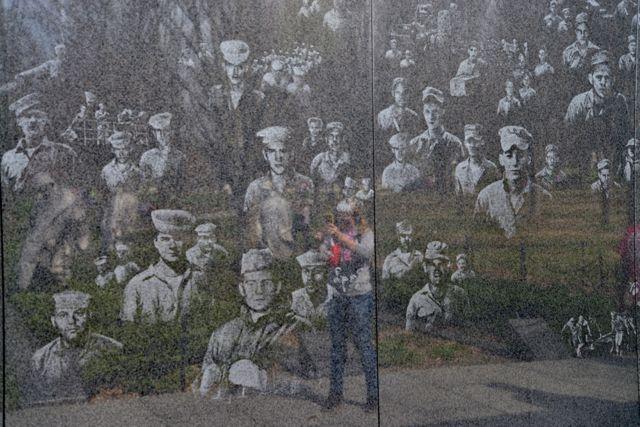 O muro de granito negro com as imagens dos soldados americanos.
