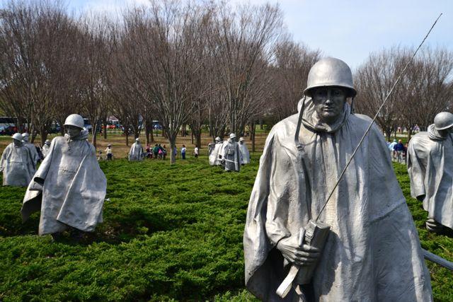As esculturas passam uma ideia da realidade da Guerra.
