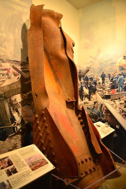 Viga retorcida retirada dos escombros do World Trade Center.