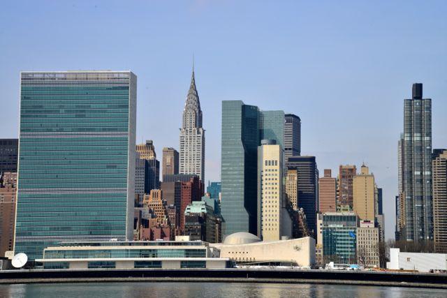 O prédio da ONU se destaca na vista de Long Island City.