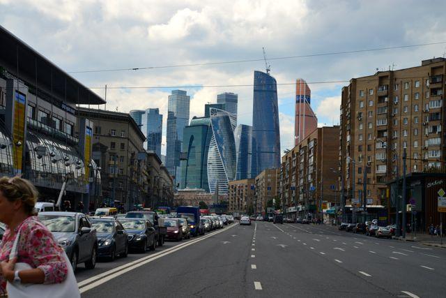 Largas avenidas e a área mais moderna de Moscou ao fundo.