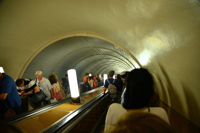 As estações do metrô de Moscou são muito profundas.
