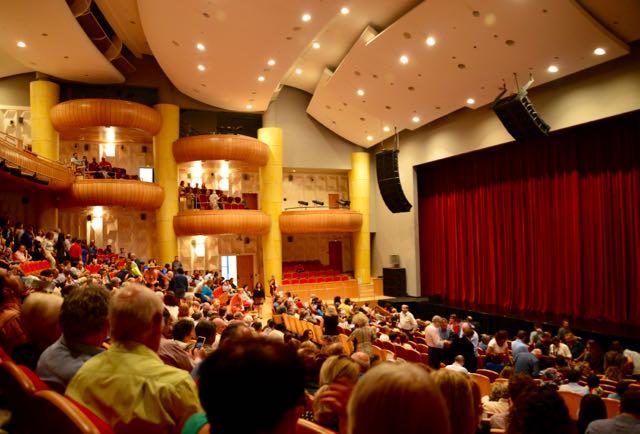 O moderno teatro onde acontece o espetáculo Kostroma.