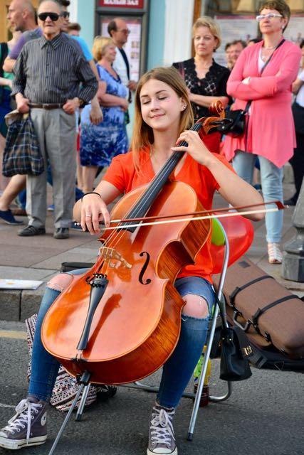 Música de rua na Avenida Nevskiy