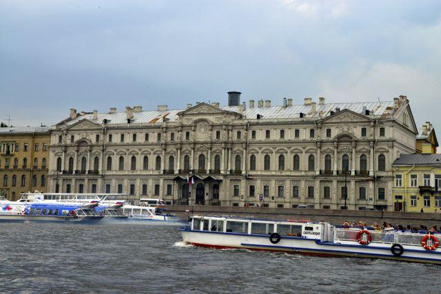 Palácios nas margens do Rio Neva.