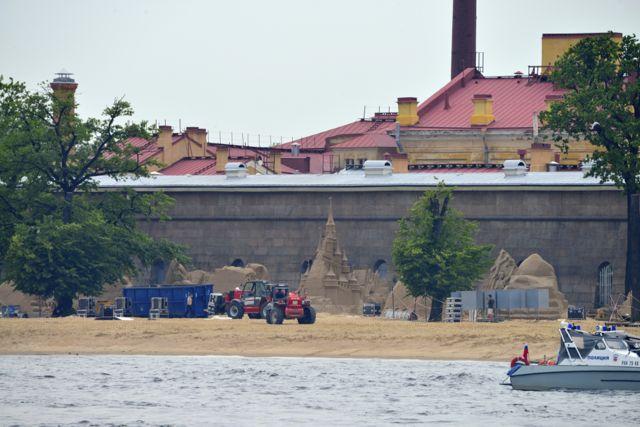 Castelos de areia na praia do Rio Neva.