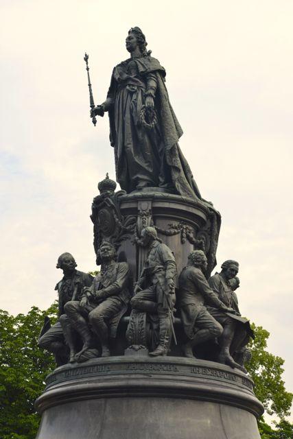Estátua de Catarina a Grande na Praça Ostróvski