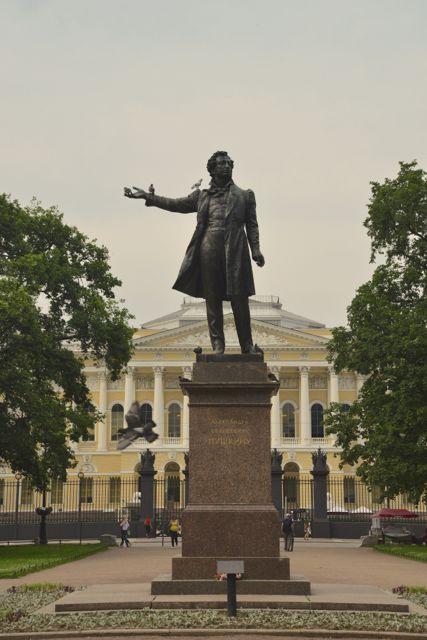 Estátua de Pushkim na Praça das Artes.