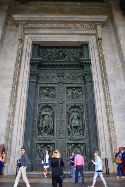 A magnífica porta de entrada da Catedral de Santo Isaac.