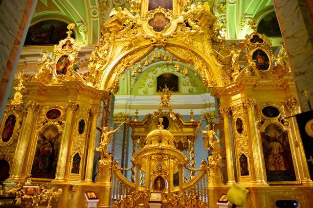 O interior da Catedral de São Pedro e São Paulo.