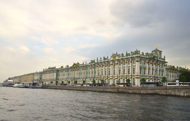 O conjunto de palácios nas margens do Rio Neva