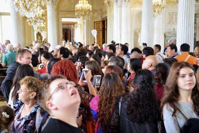 Um multidão visitando o museu e pondo em risco o seu acervo.
