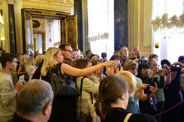 A multidão fotografando