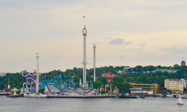 O Parque Gröna Lund Tivoli, ao lado do Skansen