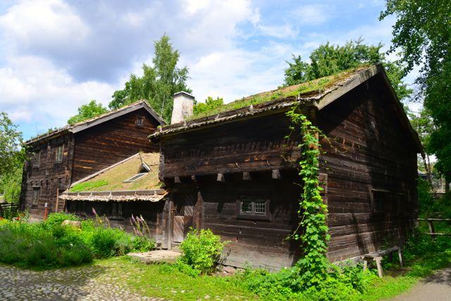 Casas históricas no Parque Skansen.