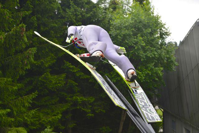 A posição de salto em um manequim no Trampolim de Oslo.