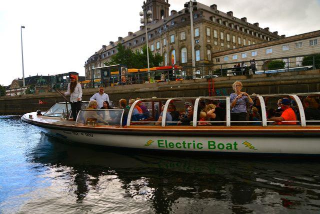 O passeio de barco pelos canais de Estocolmo.