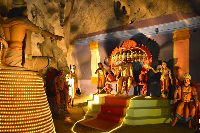 A lenda Hindu com esculturas coloridas
