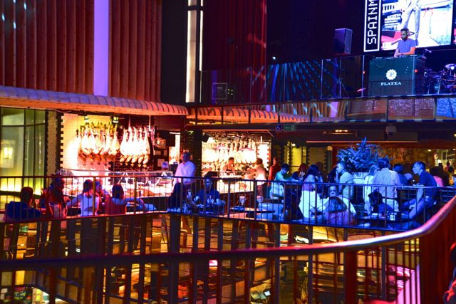 Um DJ anima os restaurantes do Platea.