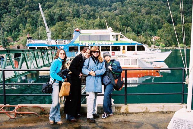 Pegamos o barco em Petrohué.