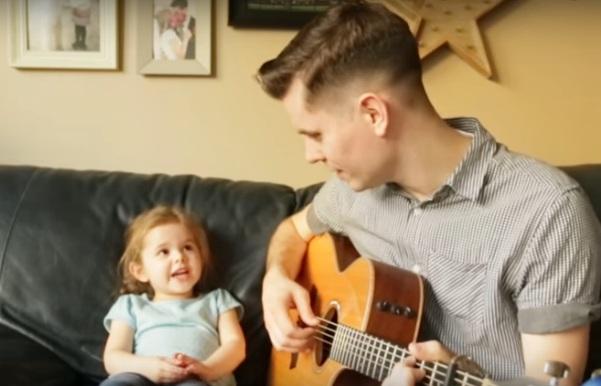 Esta menina cantando foi um verdadeiro show quando seu pai tocou o violão